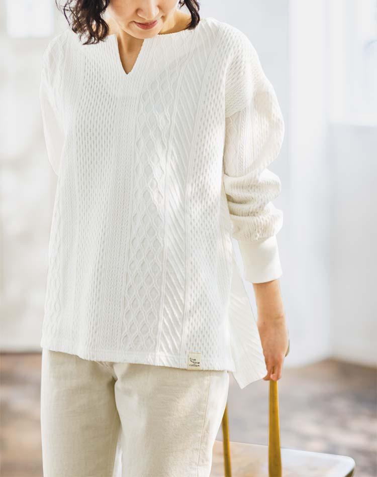 天然の綿100%の生地なのに素敵なジャカードのかわいい編み柄がほどこされたトップス
