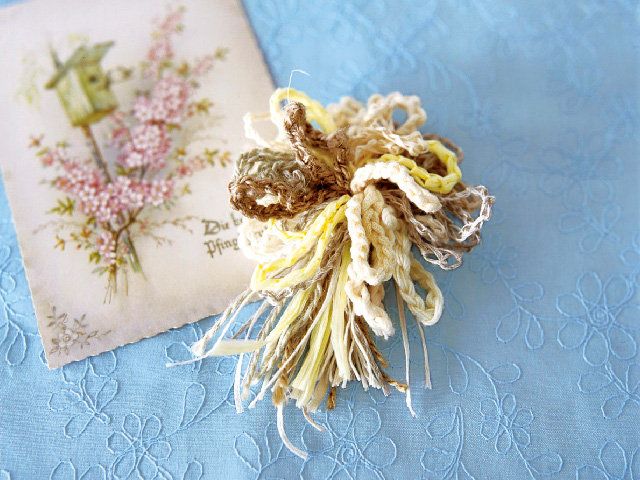 くさり編みのブローチ