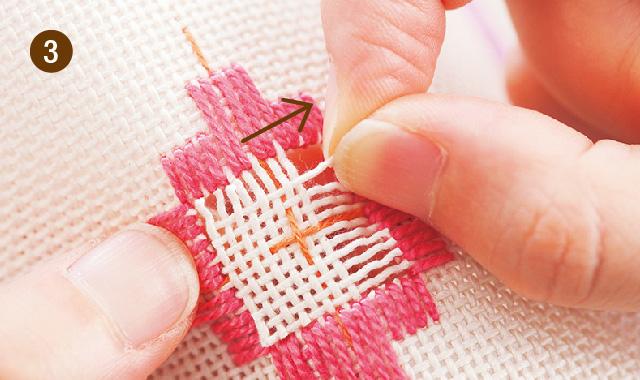 ハーダンガー刺繍 織り糸をカットして抜きます 手順③