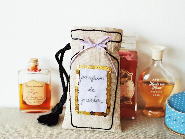 とても印象的な香りがしてきそうな香水びんの巾着