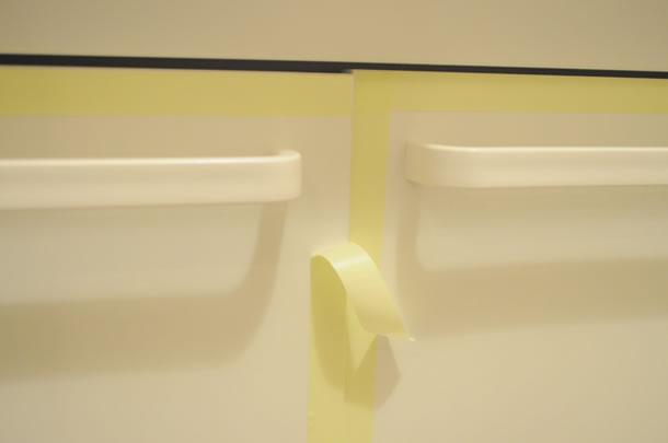 洗面台の扉を変えていきます