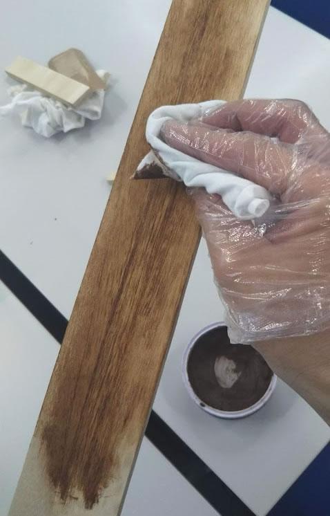 アンティークワックスを、ウエスなどいらない布を使って塗りこんでいきます