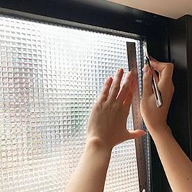 ヴィンテージな雰囲気のガラス窓に! 貼るだけの窓リノベに大満足。