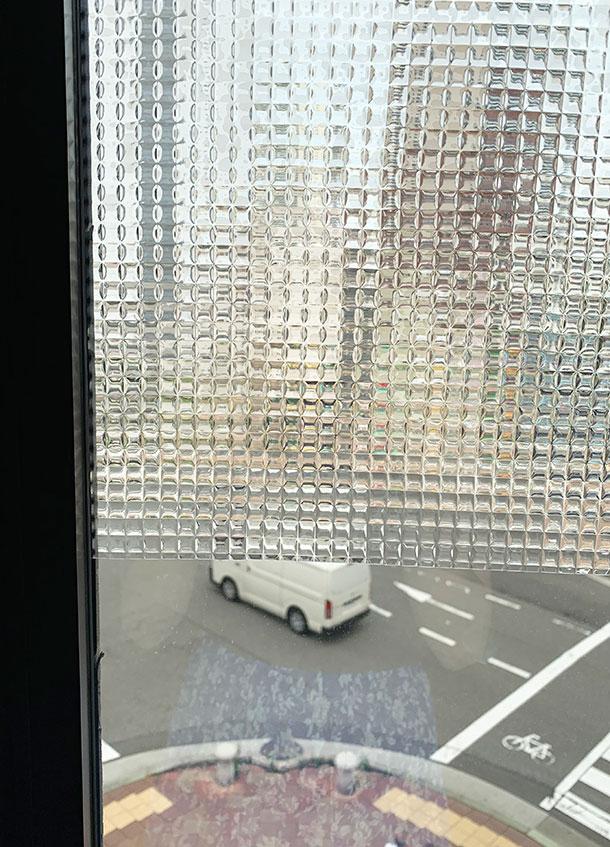 ガラス調の凹凸に光が乱反射して、なかなかいい感じにモザイクな景色に