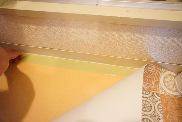 シートを床に敷く前に、養生テープを貼ります