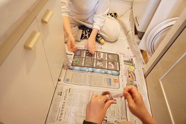 まずは新聞紙で型紙を作ります