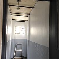 古いビルの元浴室を、使える部屋にリノベーション!その4:床の整地と天井準備