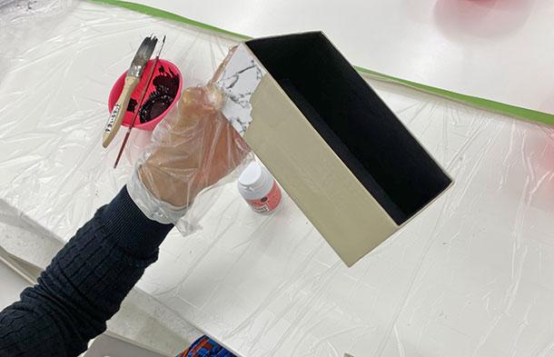 下に絵や文字が描いてある箱でもしっかりと色をのせると見えなくなるので、二度塗りしましょう。