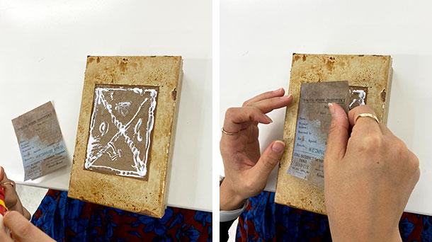 箱のくぼみに接着剤を塗って上からラベルをペタリ