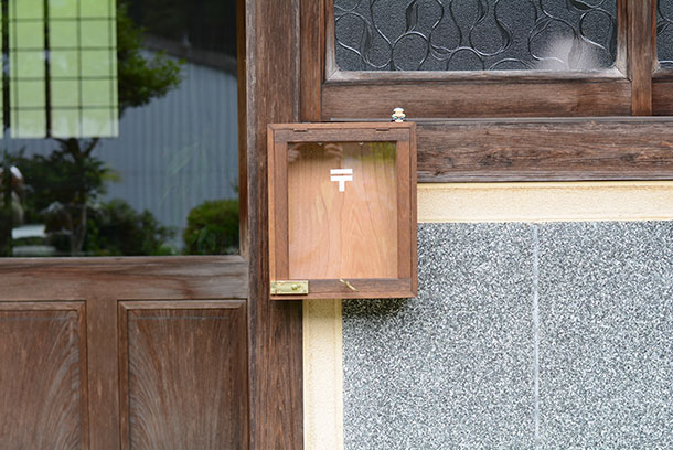 この木のボックスを何かに使えないかなと改造したのがこの家になかったポス