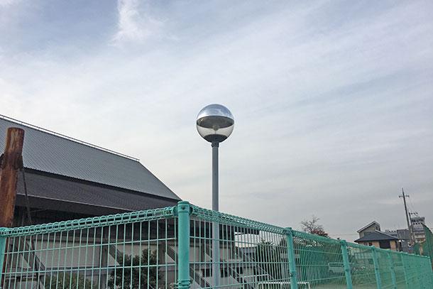 最近では街灯もLED化が進みこのような水銀灯タイプのものは取り替えられていっているそうです