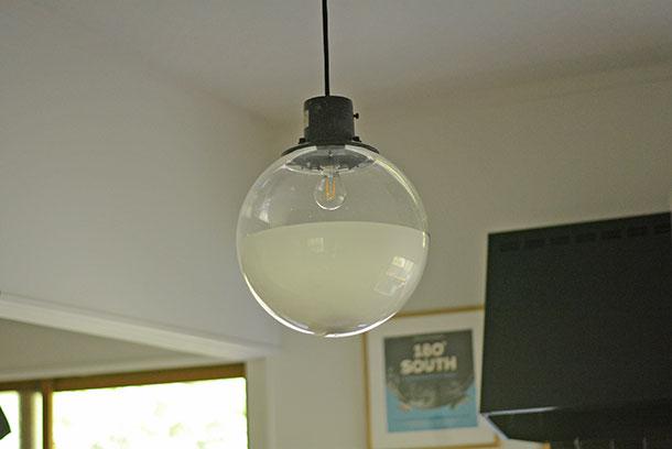 キッチンの真ん中にぶら下がっているこの照明