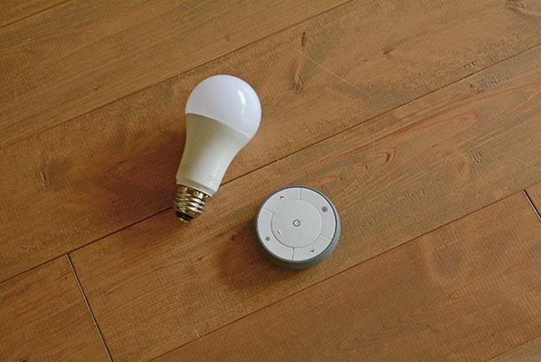 スマート照明のLED電球とリモコンのセット