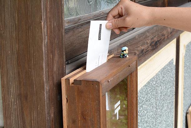 上には切り込みを入れて郵便物が入るようにしています
