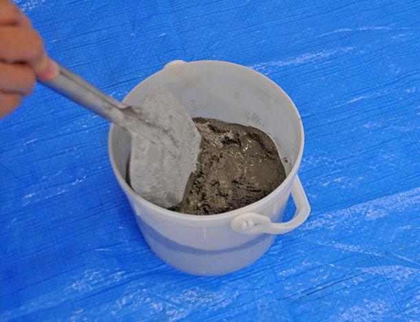 まず、インスタントセメントを混ぜるための容器に入れ、水を入れながら混ぜます