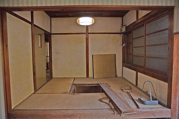 昔の家の天井についている照明器具がひもで引っ張ってオンオフするタイプのものが多いからです