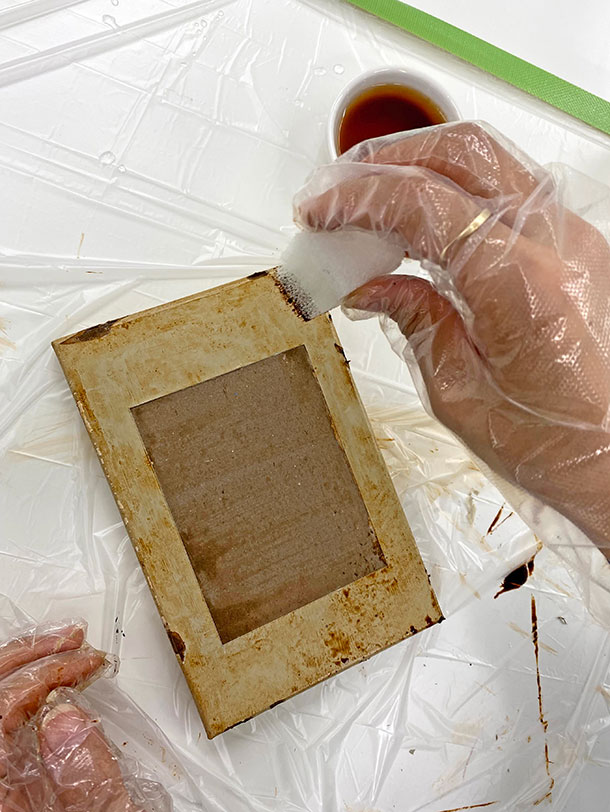 上から、ウォーターベースコートの原液をスポンジに少量付け、汚れたような濃い染みをところどころに加えていきます