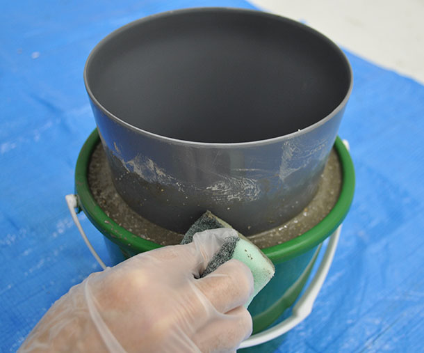 上部の表面を水に濡らしたスポンジで軽くなでておくと、できあがりが滑らかになります