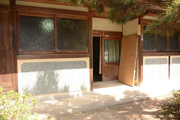 この家の本来の玄関はここになります。 リノベ前外観
