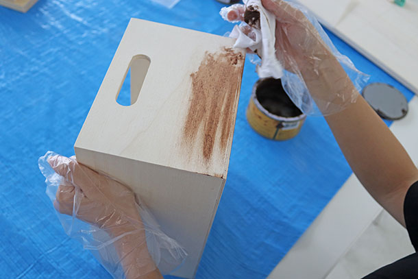 アンティークワックスをウエスにつけて伸ばすように塗ります