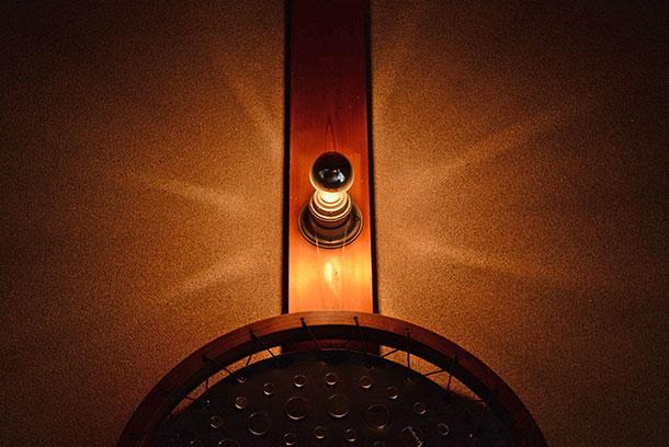 もともと壁に照明がひとつ、そのままの配線の位置で〈工業系レセップソケット〉に〈ハーフミラーLED電球〉の組み合わせ