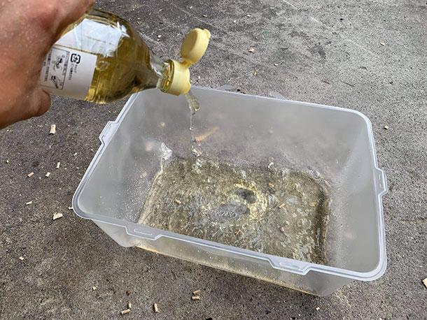 容器の中にお酢を入れます。お酢はコンビニエンスストアで買ってきた食用の一般的な物
