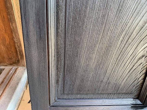 家具などでは鉄媒染のあとにオイル塗装もするらしいです。鉄媒染ではちょっとカサカサする感じの手ざわり。ムラもあったのでちょっと濃い色のオイルを仕上げにしました