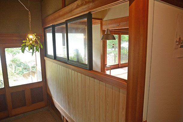 玄関とリビングの間の建具が入っているところに腰高の壁と窓を作りました