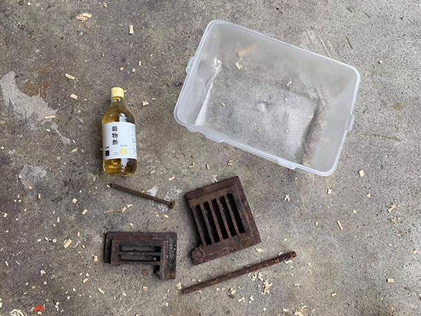 用意するのは容器・お酢・錆びた鉄
