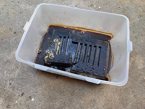 液体を作る準備はこれだけです。この状態で3~4日放置しておきます。 するとお酢の色がどんどん黒くなっていきます