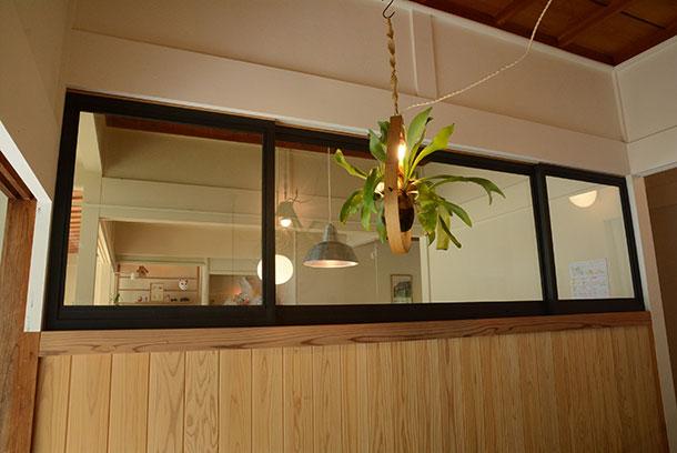 玄関とリビングの間に木で作った窓の枠はペンキで塗りました