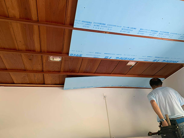 天井は重力に逆らい上に向かって作業するのでなかなかしんどいです