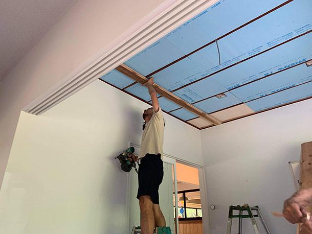 天井を張るための下地の木材を天縁に留めていきます
