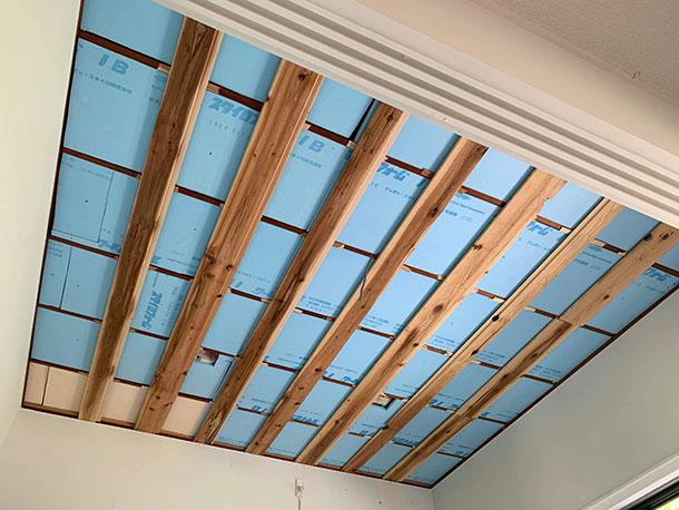 前回はダイニングの天井を張っていくために断熱材と天井を張るための下地の木材を留めていきました