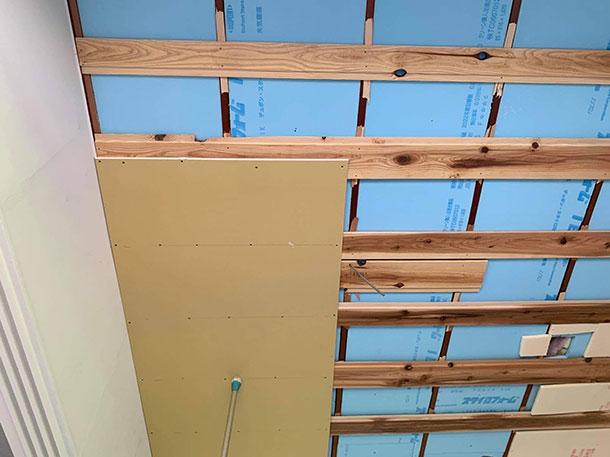 石膏ボードを下地の木材が効くところに複数箇所ビスで留めていきます