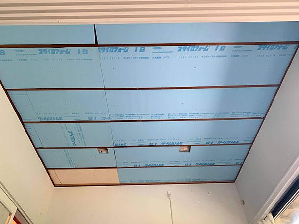 天井全体に断熱材を入れ終えました