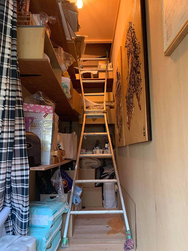 電気工事をそばで見ていたから屋根裏に登っていく出入り口は知っていました