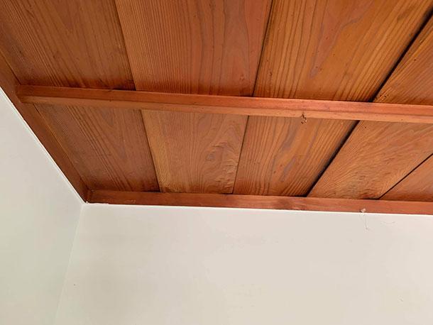古民家にはフラットな天井がほとんどないので、少しでもフラットな天井を増やてみたかったのです