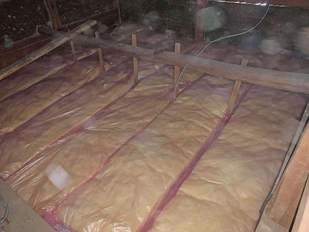 出入り口は狭く断熱材は1枚1枚脚立を上り下りし運んでいきました。真っ暗なので写真はあまり撮れずひたすら断熱材を屋根裏に敷いていきます