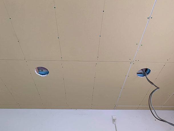スポットライトは今回2箇所入れるのでもうひとつ開けて天井の下地は完成