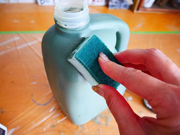 小さくカットしたスポンジで 刷毛跡を消すように塗料を塗ります