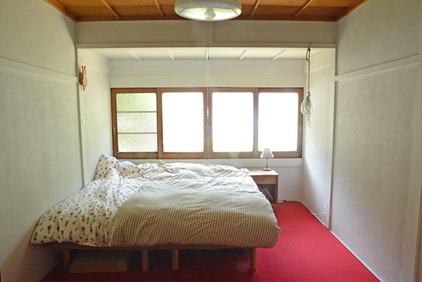 この時は時間とお金の余裕がなく、砂壁を白くしただけで床は畳のまま、その上にカーペットを敷いて過ごしていました