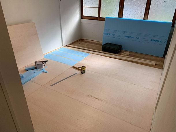 根太の厚みとベニヤ板の厚みの合計がもともとあった畳の厚みと同じにすると入り口の敷居の高さなど段差がなくなります