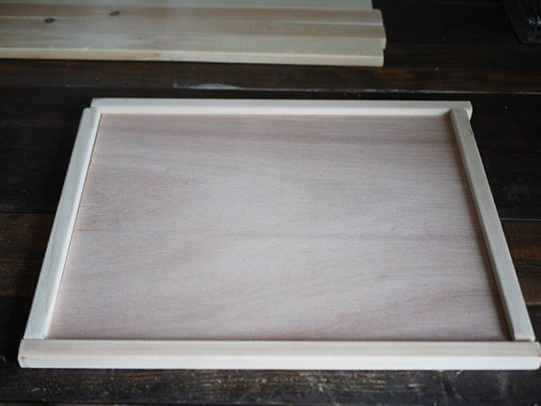 合板と角材をこのように組み合わせます