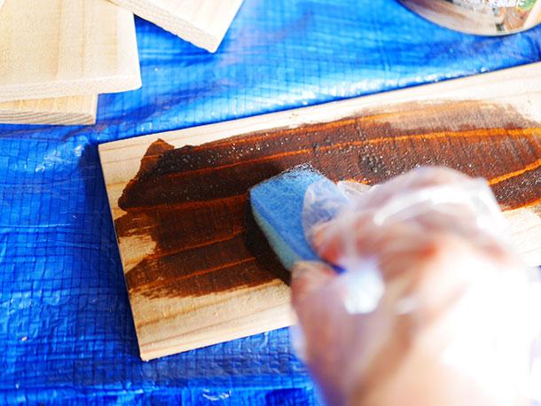 カットしたスポンジで板に染み込ませるように木口にも塗ります