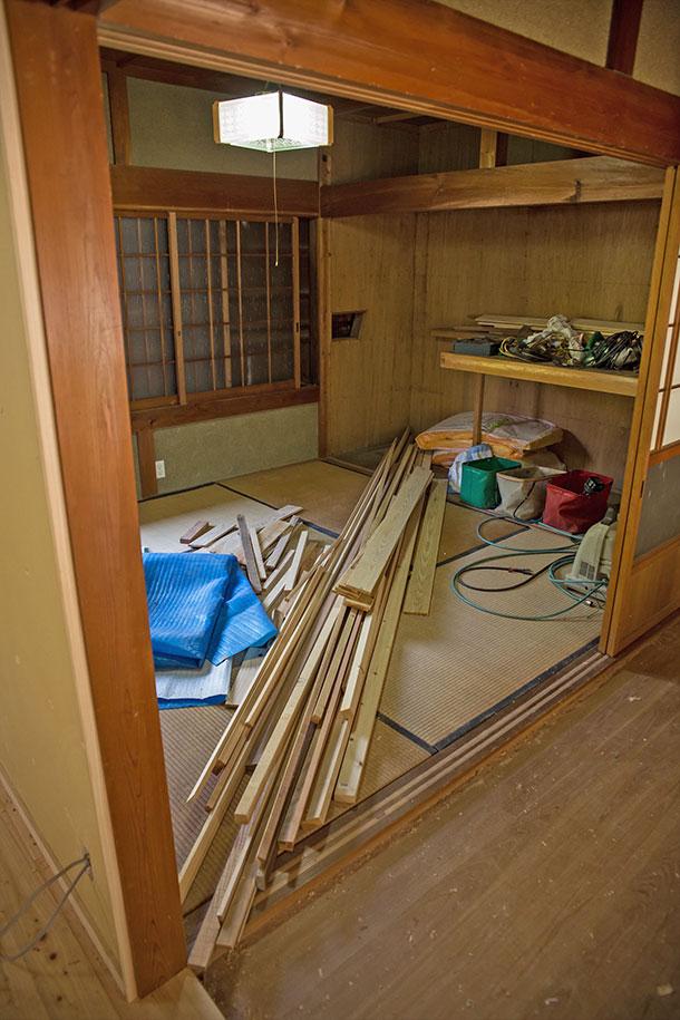リビングとダイニングに挟まれた、押入れを除くと4畳半の正方形の部屋です