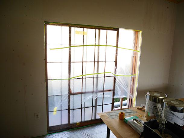 窓もしっかりマスキングテープとマスカーテープで養生しておきます