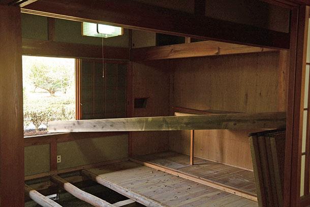 もともとはリビングと廊下に面するところは木製建具が入っていましたがそれはとって壁を作りました