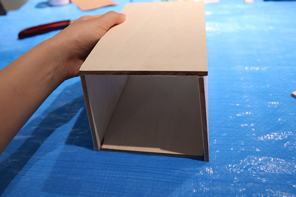ベニヤ板4枚を組んでみて、隠しくぎを打つ位置を確認しておきます