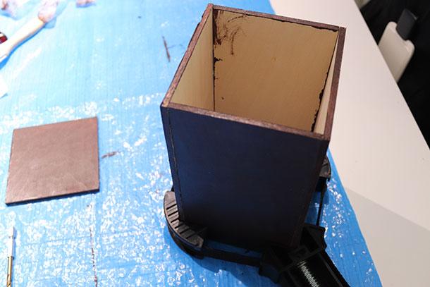 木工用接着剤で筒を仮止めします
